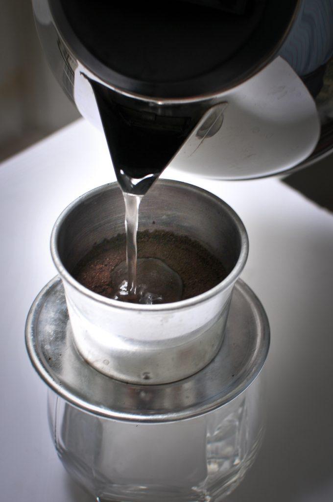 Khi các bạn pha cà phê thì phải pha bằng nước sôi vừa ngay trên tay