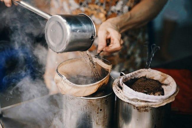 Cà phê vợt chính là một thứ đồ uống vô cùng thân quen của những người dân Sài Gòn ngày xưa