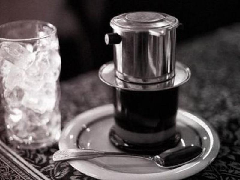 Phin cà phê nên được tráng bằng nước sôi. nóng trước khi pha